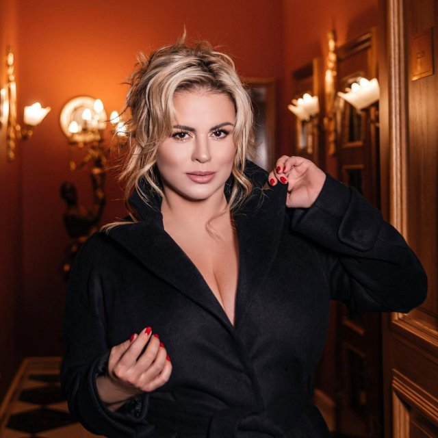 Анна Семенович в черном платье с декольте