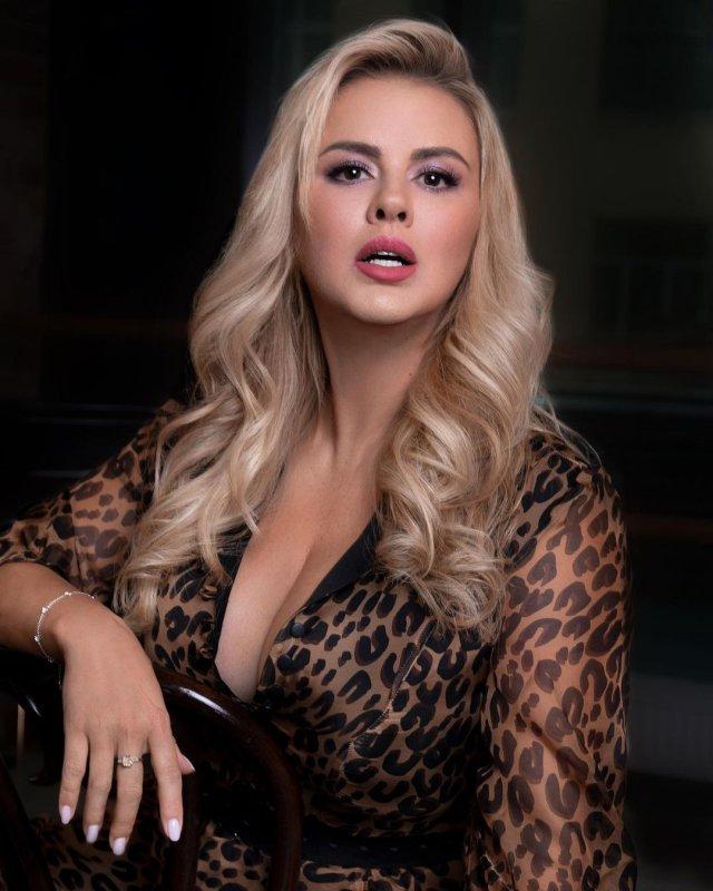 Анна Семенович в леопардовой кофте с декольте