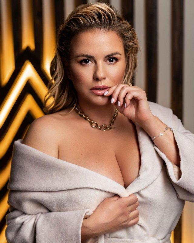 Анна Семенович в белой кофте обнажила грудь