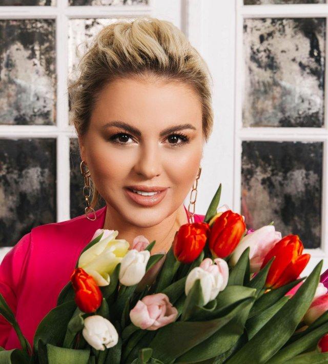 Анна Семенович с цветами