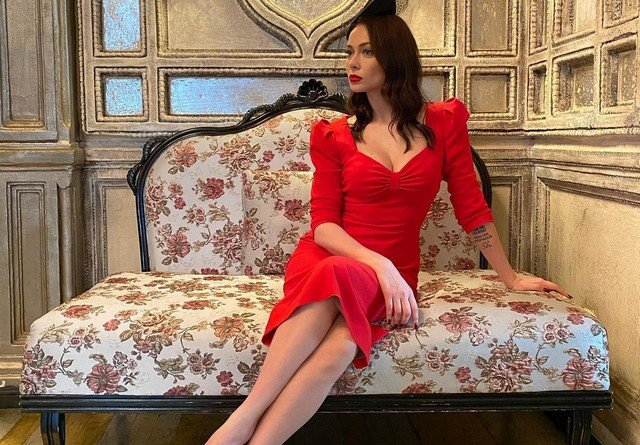 Настасья Самбурская в красном платье