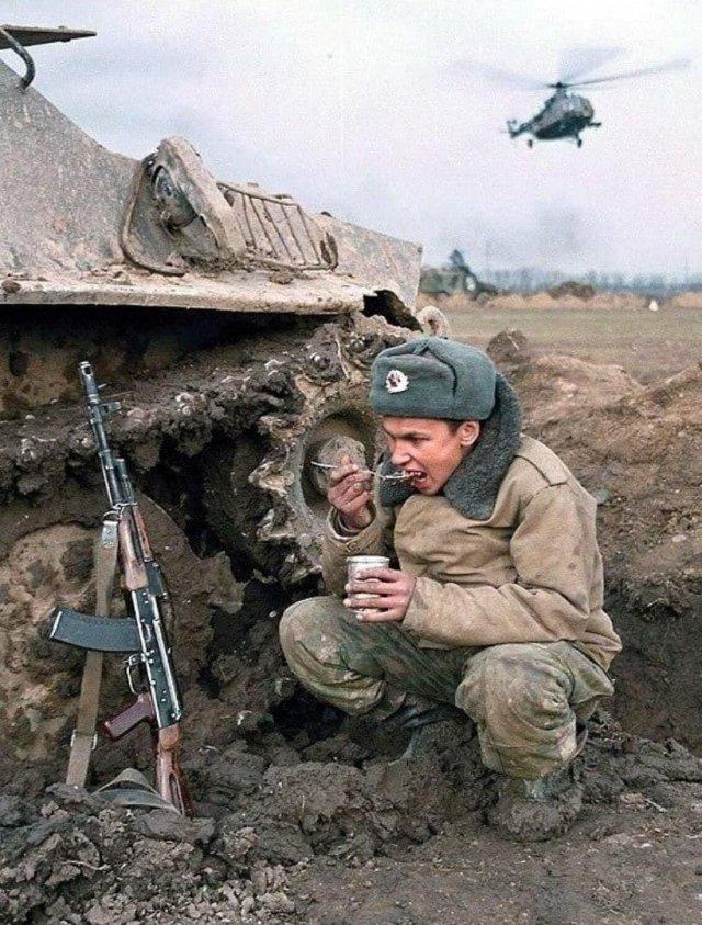 Перекус во время боя. Чечня, 1990-е.