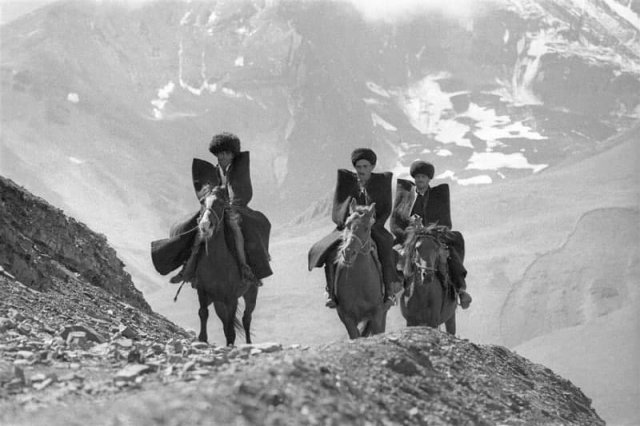 Джигиты скачут по горам. Дагестан. СССР. 1968 год