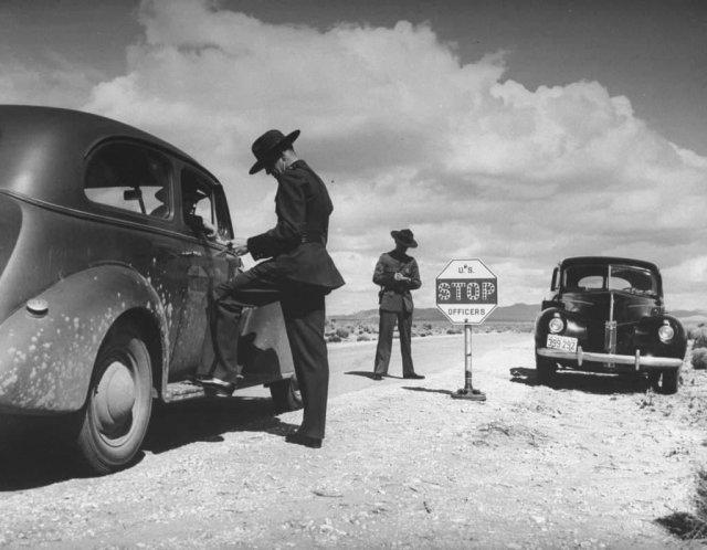 Патрульные инспекторы осматривают машины, проезжающие через границу. Эль Пасо, Техас. 1941 год.