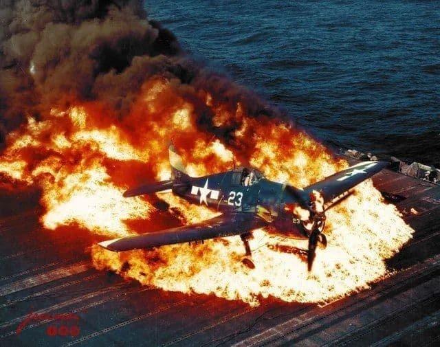 Горящий Grumman F6F Hellcat. 25 февраля 1945 года.