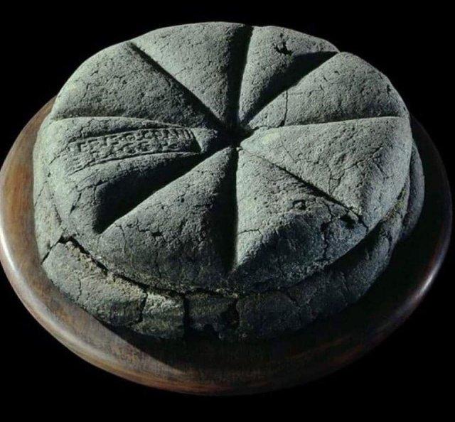 Обуглившийся, но прекрасно сохраненный (виден даже штамп пекаря), хлеб из Помпей, 79 год нашей эры.