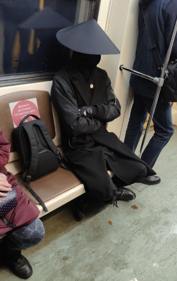 парень в черной одежде