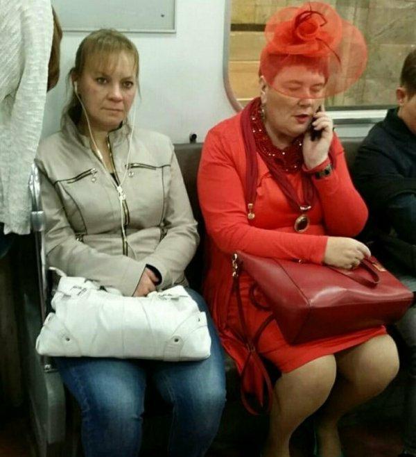 женщина в красной одежде