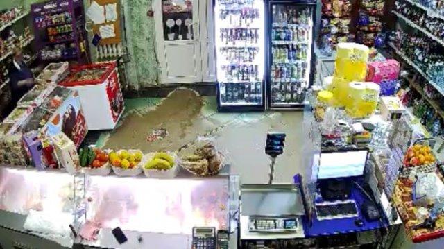 Продавщица не дала вооруженному мужчине ограбить магазин