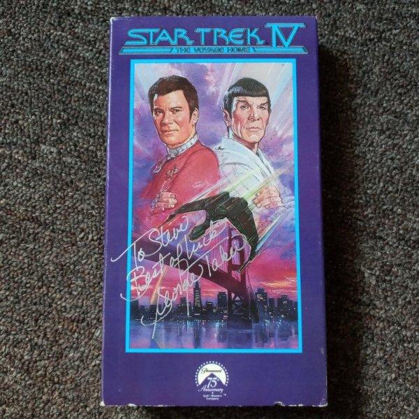 Нашёл кассету «Звёздный путь 4: Дорога домой» с автографом Джорджа Такея