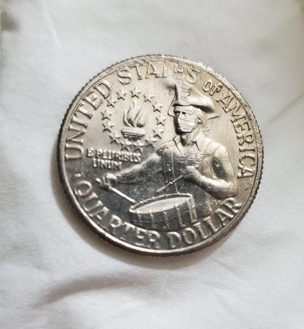 Это 200-летняя монета поцарапалась так, как будто человек на ней надел маску