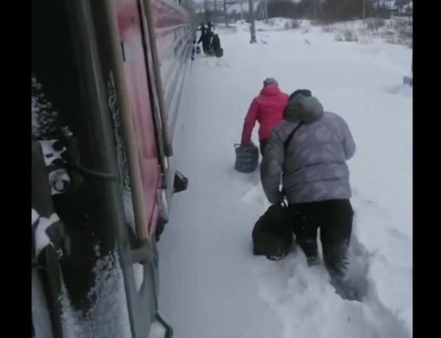 Как жителям Алтайского края приходится добираться до вагона поезда