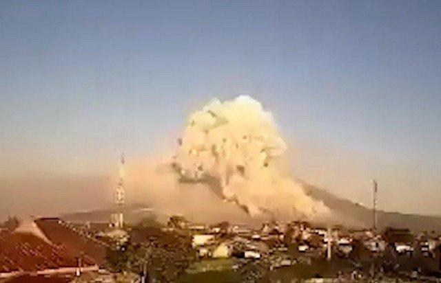 Индонезийский вулкана Синабунг на острове Суматра