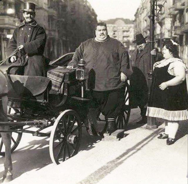 Мужчина (вес 284 кг) со своей женой (вес 174 кг) собирается на прогулку в конной коляске. Германия, 1912 год.