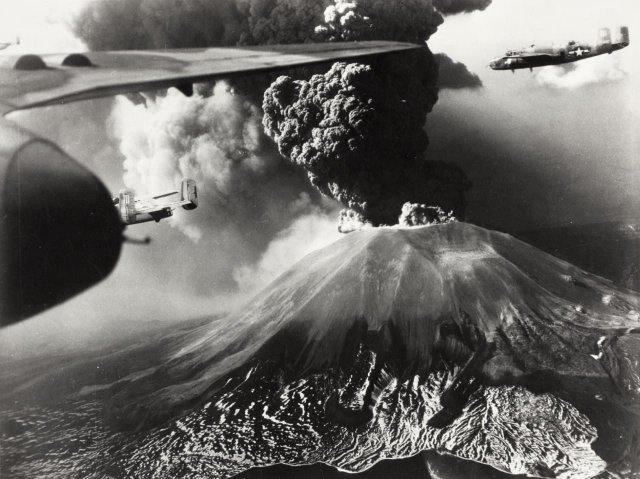 Извержение Везувия в Италии и летящие над ним бомбардировщики B-25, в марте 1944 года.