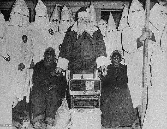 107-летний раб и его жена слушают проповедника Ку-клукс-клана. Талладега, 1948 год.