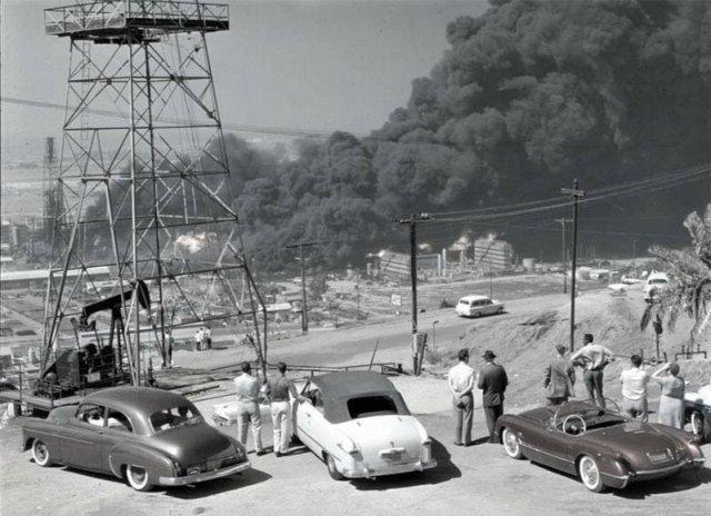 Очевидцы наблюдают за пожаром на нефтеперерабатывающем заводе в городе Сигнал-Хилл, Калифорния, 1958 год.