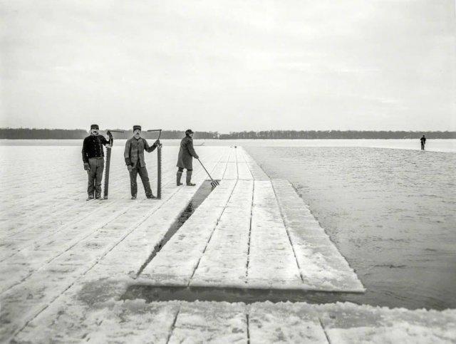 Заготовка льда на водохранилище Хорн Понд, штат Массачусетс, 1906 год.