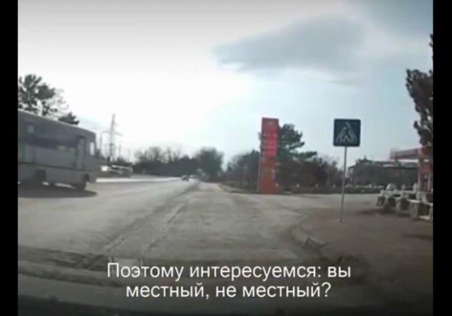 Сотрудник полиции остановил водителя с целью выяснить, поддерживает ли тот Алексея Навального