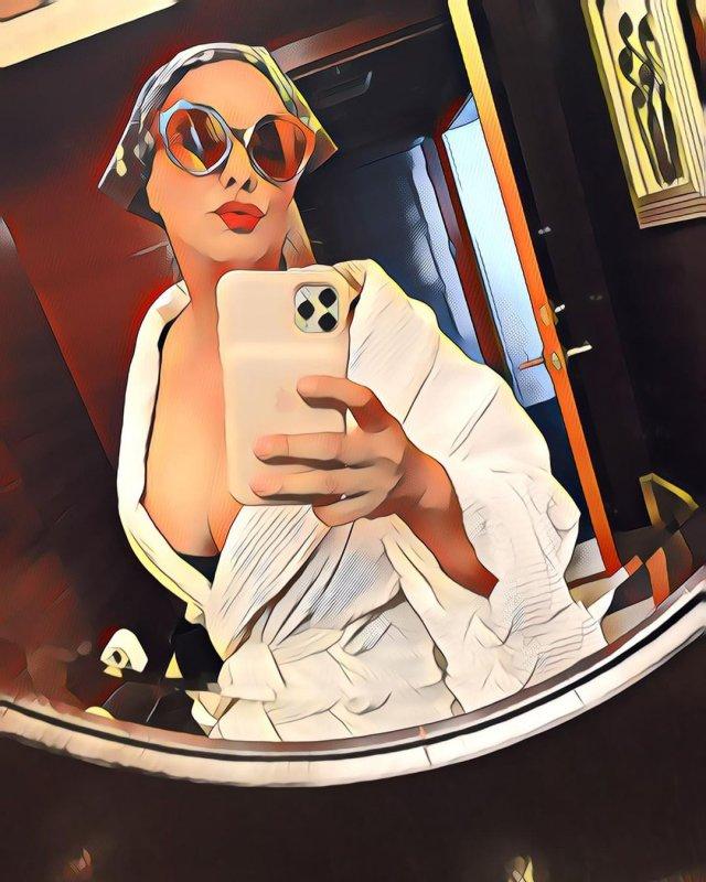 звезда фильма «Малхолланд Драйв» Лаура Хэрринг в белом халате
