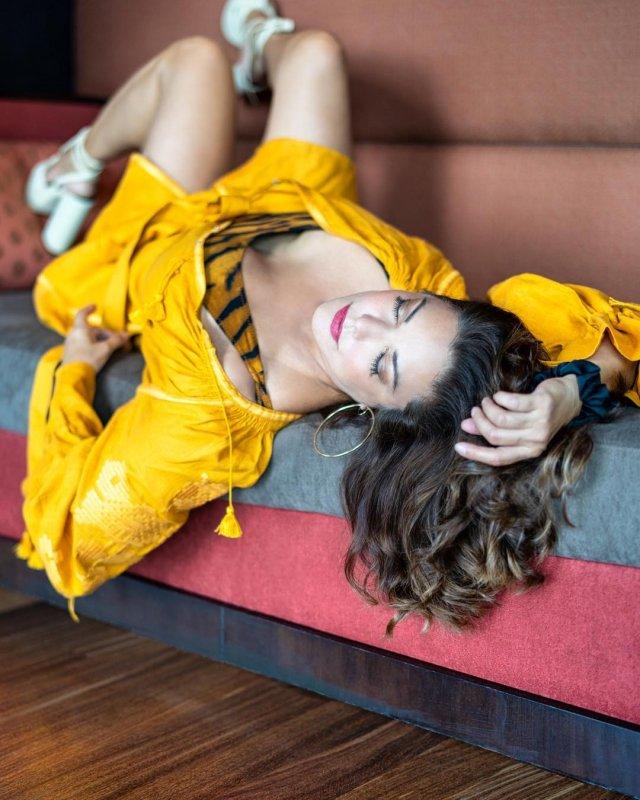 звезда фильма «Малхолланд Драйв» Лаура Хэрринг в желтом платье
