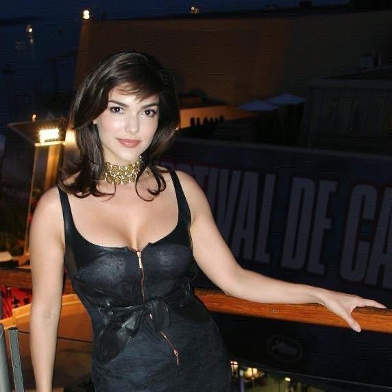 звезда фильма «Малхолланд Драйв» Лаура Хэрринг в черном платье с вырезом