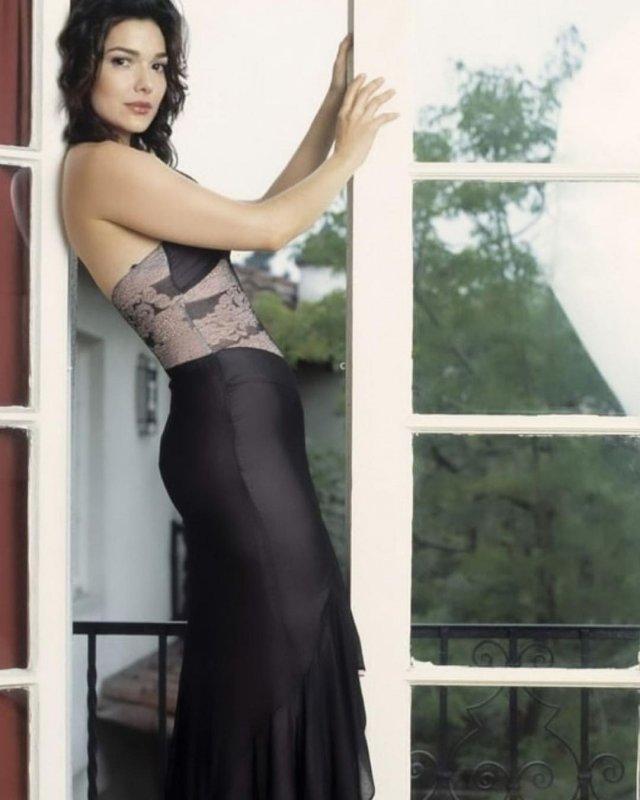 звезда фильма «Малхолланд Драйв» Лаура Хэрринг в черном платье