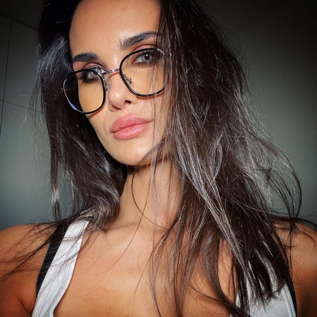 Алана Мамаева в очках