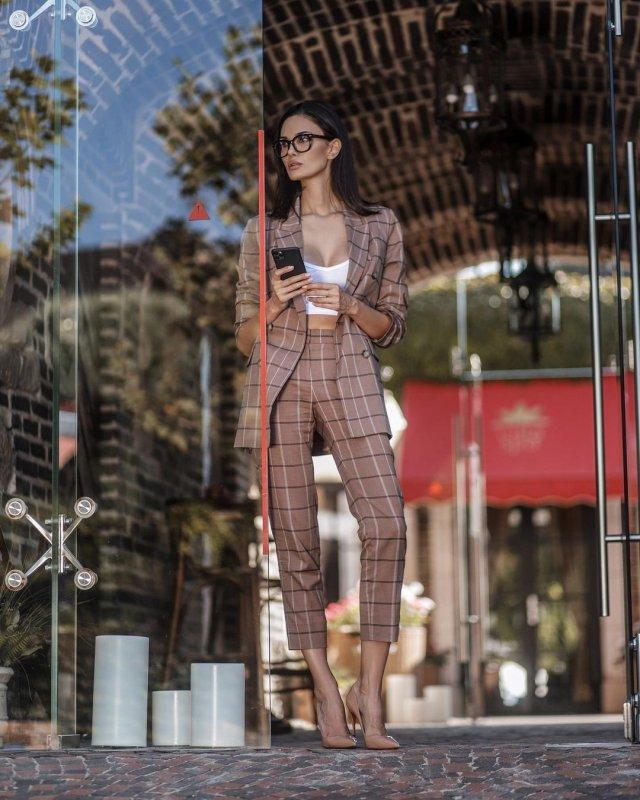 Алана Мамаева в костюме и очках