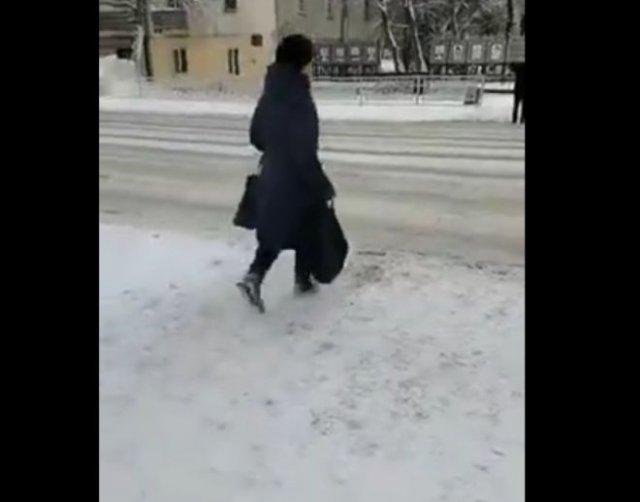 Спас или прогнал? Полицейский отогнал женщину от пешеходного перехода из-за кортежа Михаила Мишустин