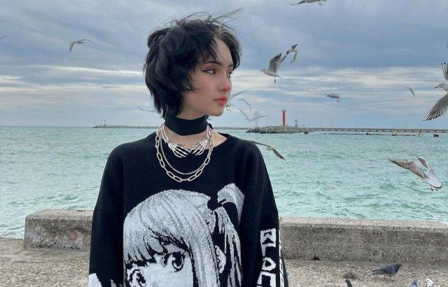 Блогер Карина Карамбейби (KARRRAMBABY) - новая девушка Артема Готлиба (Slava Marlow) в черной кофте на берегу моря