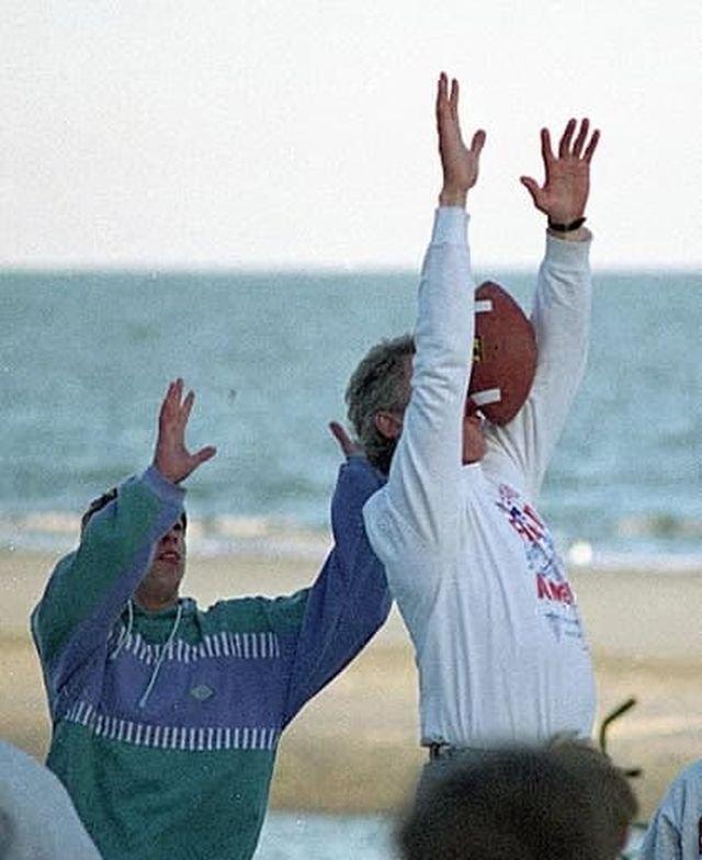 Президент Билл Клинтон пропускает мяч
