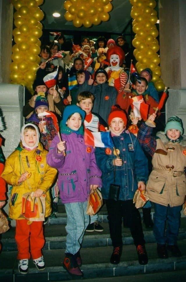 Дети на открытии первого в городе ресторана «McDonald's»