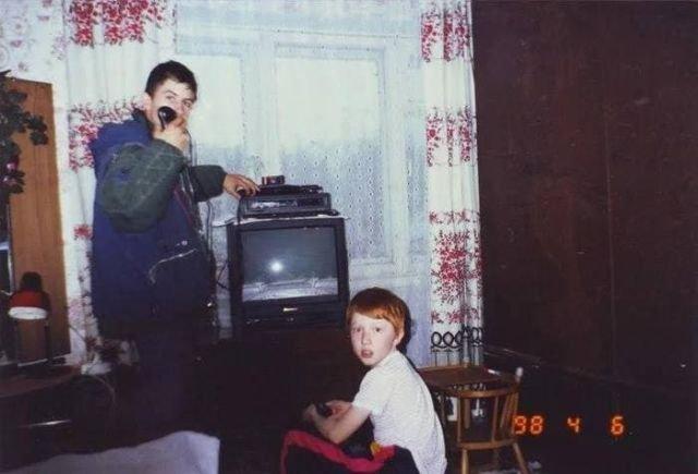 Дети играют на приставке. Россия, 1998 год.