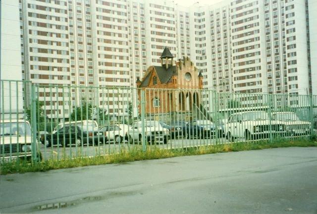 Пост охраны автостоянки гаражного кооператива. Россия, Москва, 1996 год.