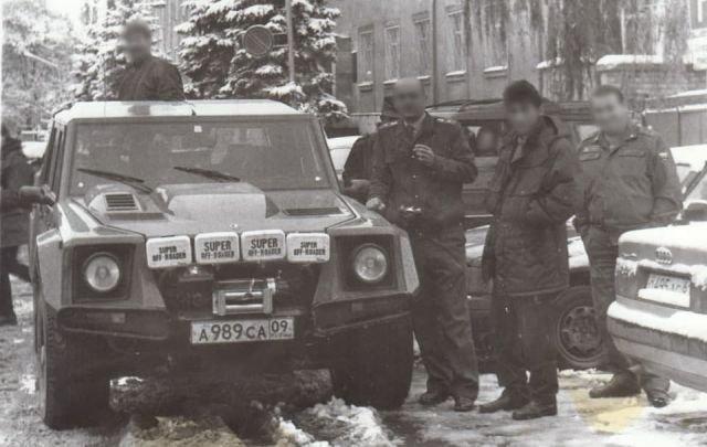 Милиционеры смотрят и фотографируют редкое авто Lamborghini LM002