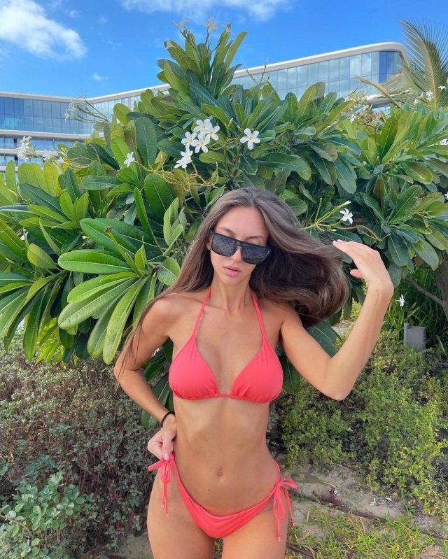 Самая красивая судья российского футбола - Екатерина Костюнина в розовом купальнике