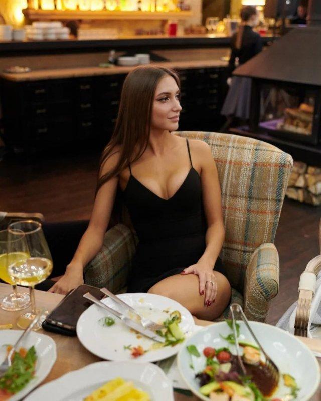 Самая красивая судья российского футбола - Екатерина Костюнина в  черном платье