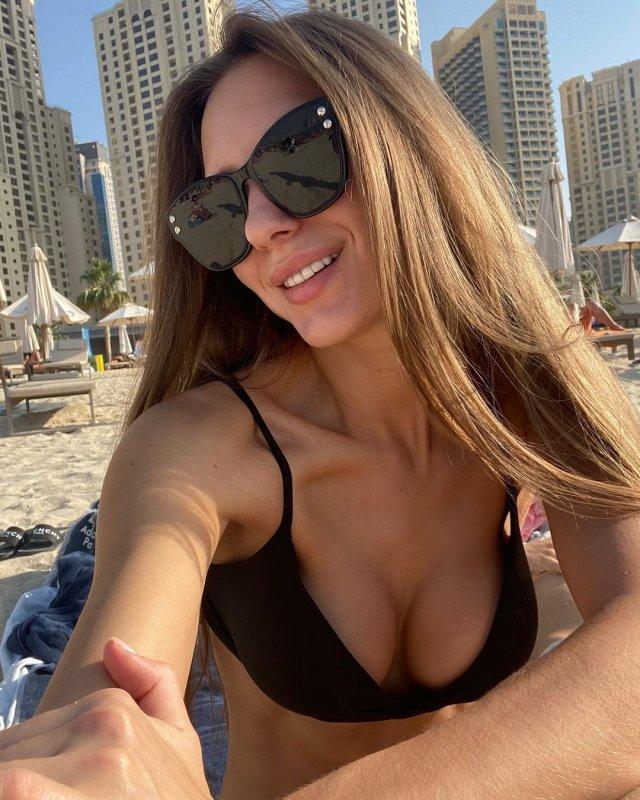 Самая красивая судья российского футбола - Екатерина Костюнина в черном купальнике в Дубае