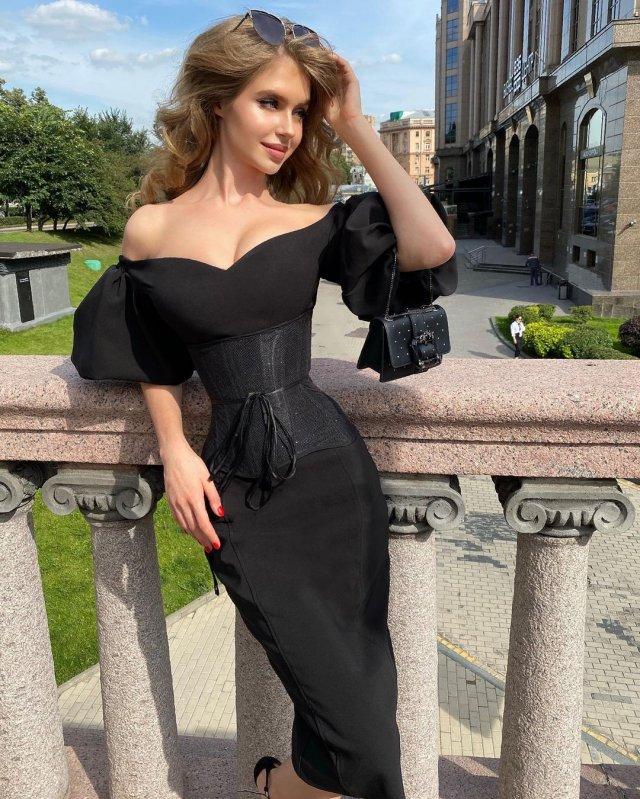Алина Санько в черном платье на балконе