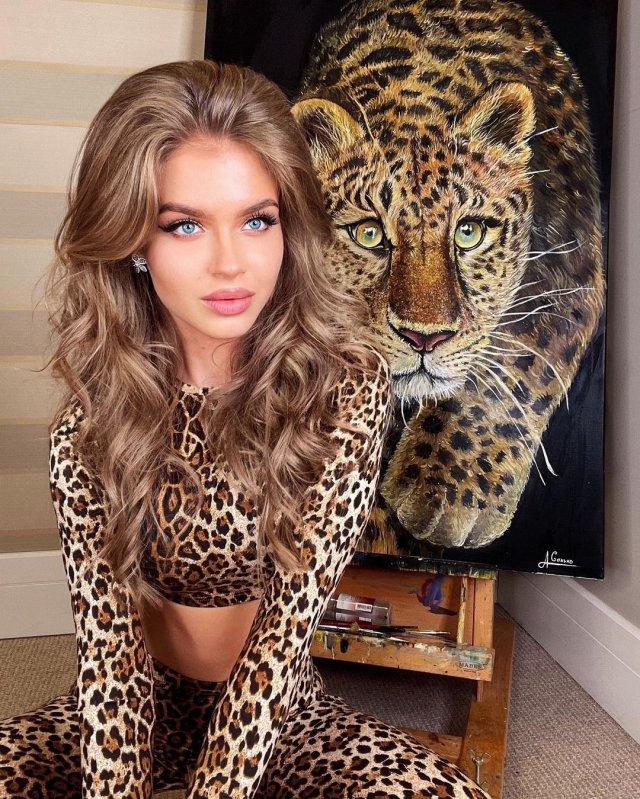 Алина Санько на фоне картины с леопардом