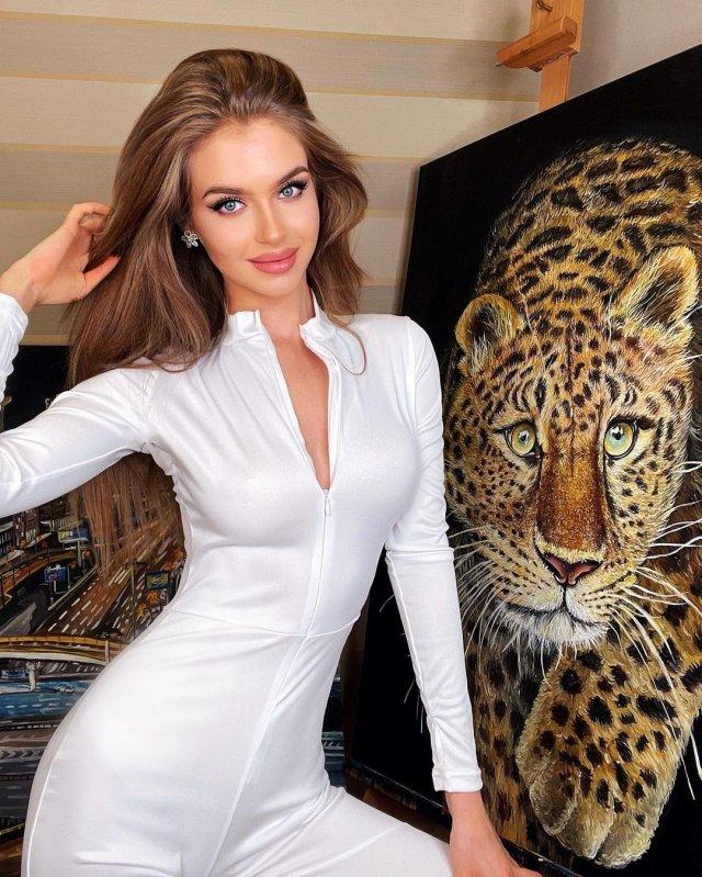 Алина Санько в белом костюме