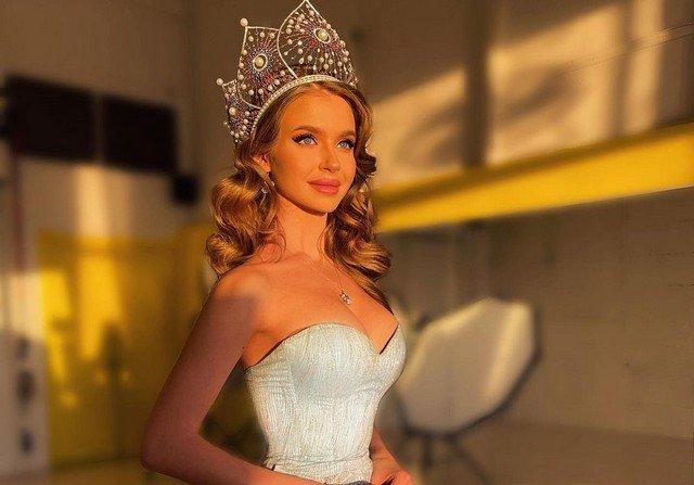 Алина Санько в голубом платье и с короной