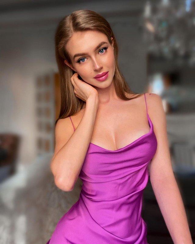 Алина Санько в фиолетовом платье