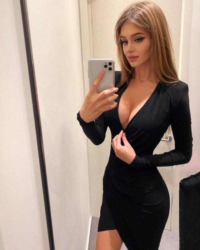 Алина Санько в черном платье с вырезом