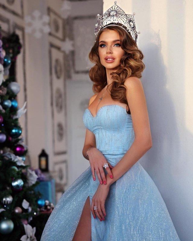 Алина Санько в платье и короной на голове