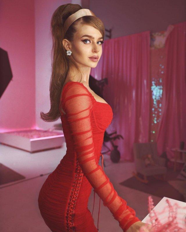 Алина Санько в красном платье