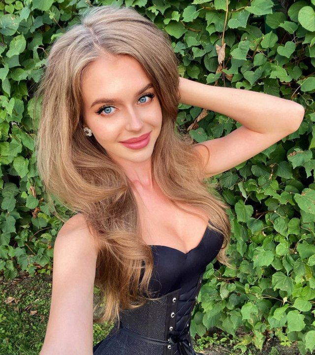 Алина Санько в черном платье с декольте