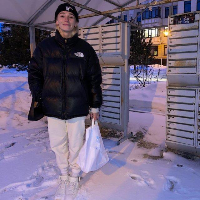 """Ведущая шоу """"Орел и решка"""" Настя Ивлеева в черной куртке и спортивных штанах"""