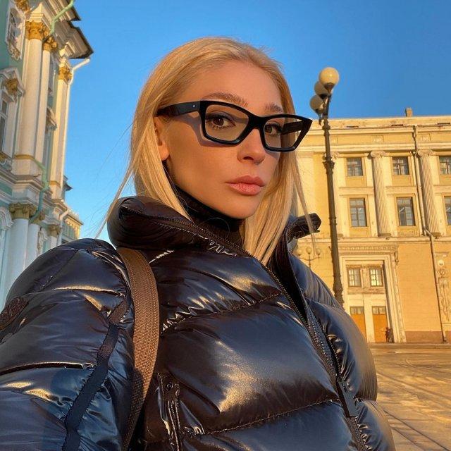 """Ведущая шоу """"Орел и решка"""" Настя Ивлеева в черной куртке"""